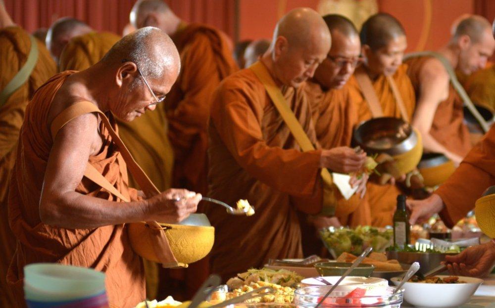 Название: Monks-receiving-food-24-05-14-1024x638.jpg Просмотров: 242  Размер: 98.1 Кб